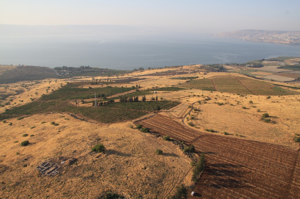 In the foreground Horvat Kur, with Tel Kinrot in the background. Photo by Skyview Ltd (Kinneret Regional Project).