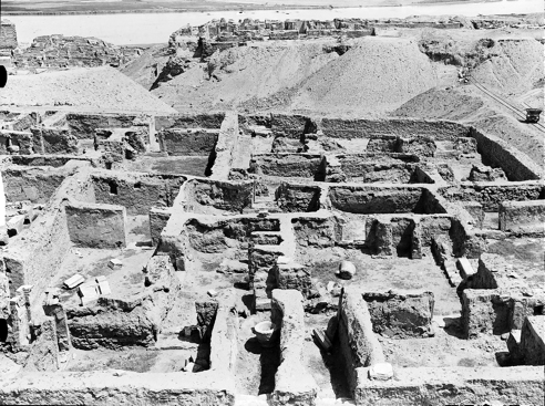 View from west over south half of block C7. Redoubt palace remains visible in the background, and the Euphrates beyond. Courtyard of house C7-G3 visible just to right of centre. YUAG k359. Courtesy Yale University Art Gallery.