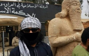 Neo-Assyrian statue from Tell Ajaja flanked by ISIS members. Photo courtesy Michel al-Maqdissi.