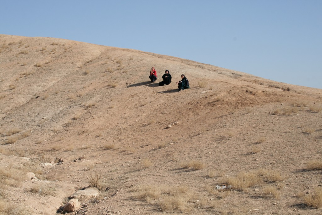 Women sitting on Tell Fidan.